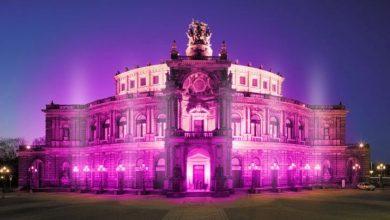 Simulation der lila illuminierten Dresdner Semperoper. Fotomontage: Uniklinikum Dresden
