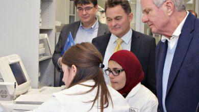 Dietmar Hopp (r.) lässt sich von HI-STEM-Wissenschaftlerinnen die neuesten Ergebnisse zeigen. Außerdem dabei: Der DKFZ-Vorstandsvorsitzende Michael Baumann (l.) sowie HI-STEM-Direktor Andreas Trumpp (M.). Quelle: Jutta Jung/DKFZ