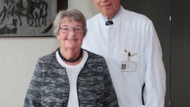Johanna Henk unterstützt die medizinische Forschung am UKD. Prof. Dr. Christian Rump, Direktor der Klinik für Nephrologie, ist dankbar für dieses Engagement. Foto: UKD/Timmermann.