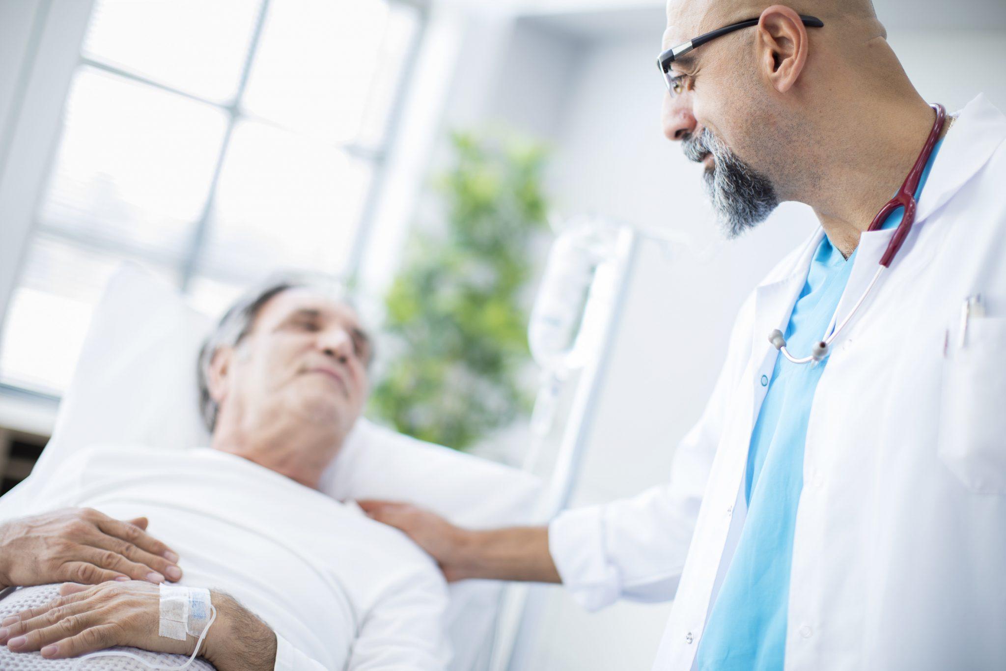 Arzt mit schwer krankem Patient