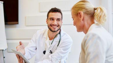 Arzt in Sprechstunde mit Patientin